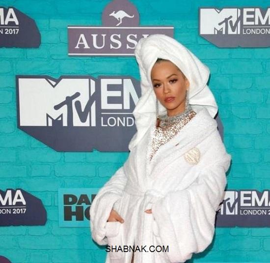 ریتا اورا خواننده زن هالیوود با حوله حمام روی فرش قرمز