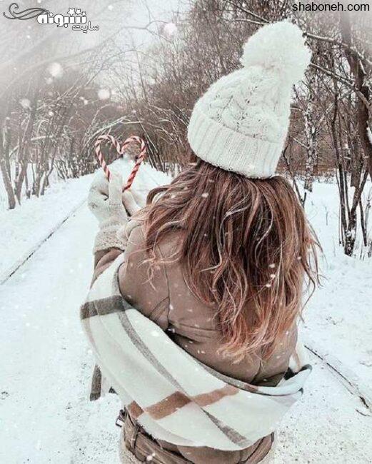 عکس دختر در برف با شال و کلاه از پشت برای پروفایل 2021 زمستانی دخترونه