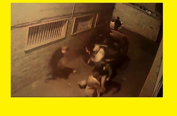 فیلم زورگیری از دو دختر جوان در تهران جلوی درب خانه شان