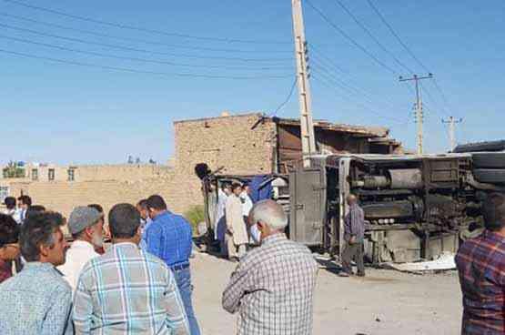 فیلم واژگونی اتوبوس حامل سرباز معلم ها در دهستان دهشیر یزد