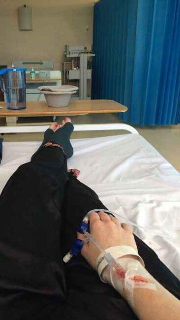 عکس سرم در دست دختر برای پروفایل و استوری و عکس بستری در بیمارستان